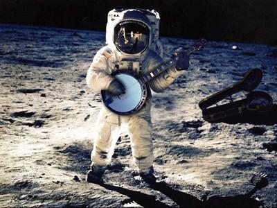 Astronauta tocando el banjo